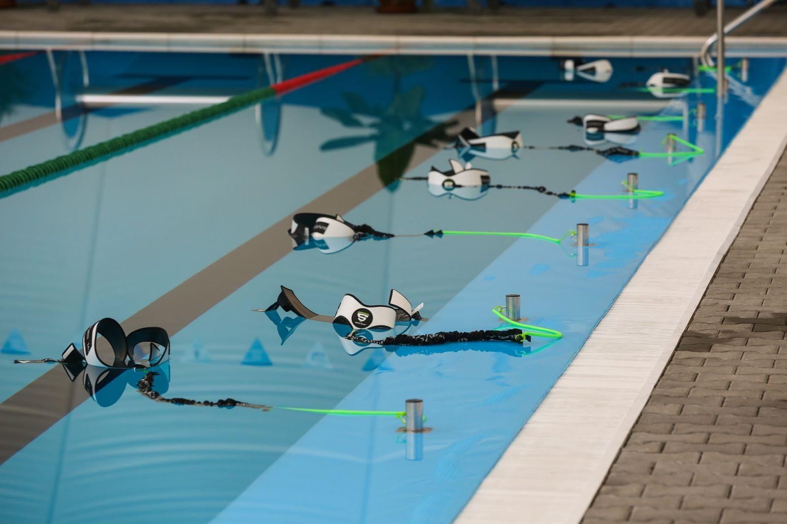 Équipement de nage statique en salle de sport